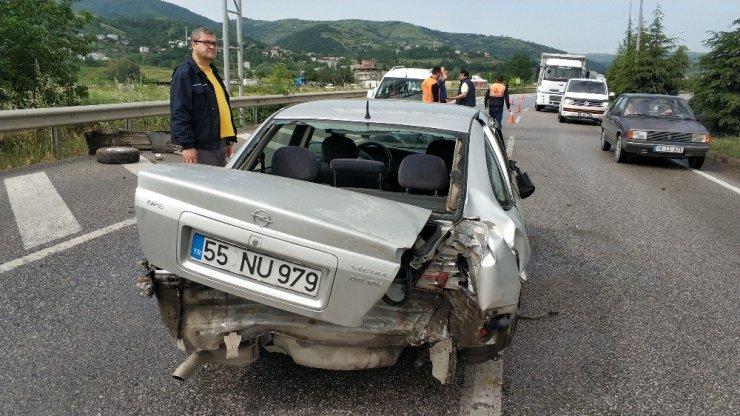 Yoldan çıkan otomobil yön levhasına çarptı: 1 yaralı