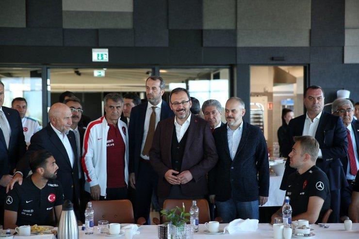 Bakan Kasapoğlu'ndan Milli Takım'a moral ziyareti