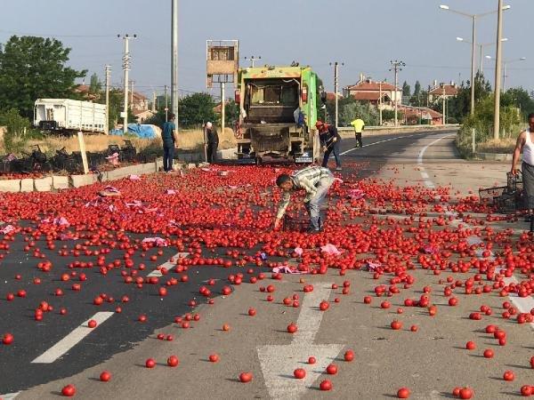 Konya'da tır kontrolden çıktı! Çevredekiler yola saçılan domatesleri toplayıp, evlerine götürdüler