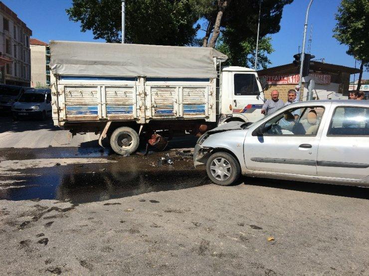Kırmızı ışıkta geçen otomobil kaza yaptı, 3 yaralı