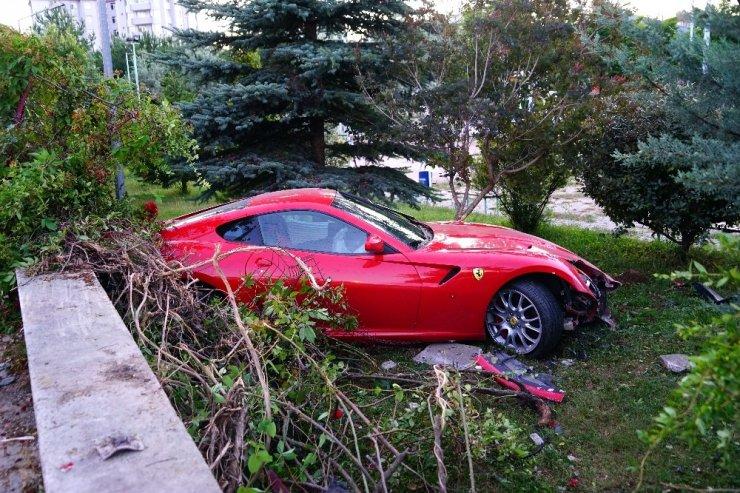 Yoldan çıkan Ferrari okulun bahçesine uçtu