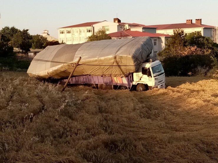 Freni patlayan kamyonu telefon kabloları kurtardı