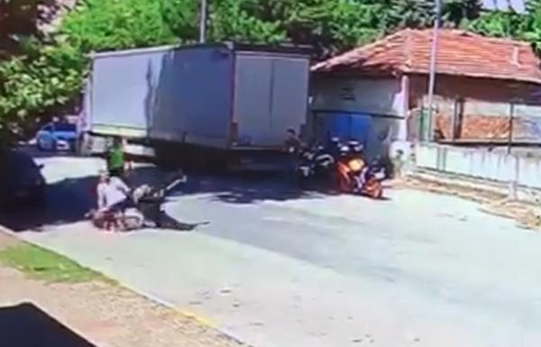 Uygulama yapan trafik polisine çarpıp yaraladı
