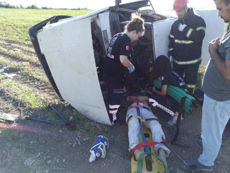 Kafa kafa çarpışan otomobillerden biri tarlaya uçtu: 5 yaralı