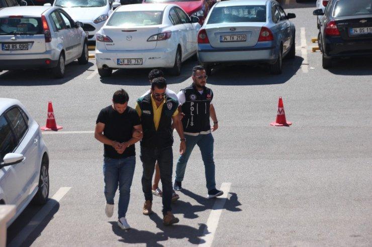 Turistlere uyuşturucu satan 2 şüpheli tutuklandı