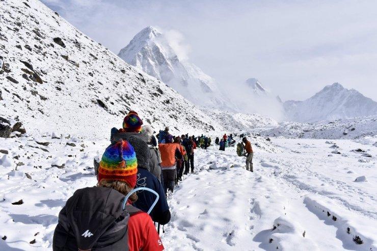 Türk bayrağını dünyanın en yüksek dağında dalgalandırdılar
