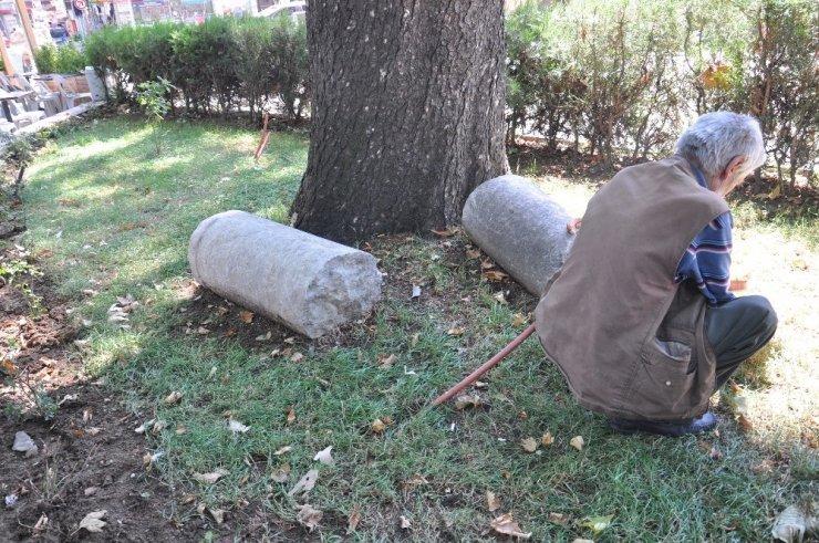Magandalar tarihi camideki mezar taşlarını ve türbenin kapısını kırdı