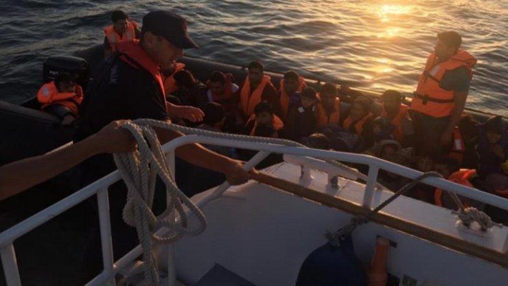 Lastik botta 35 düzensiz göçmen yakalandı