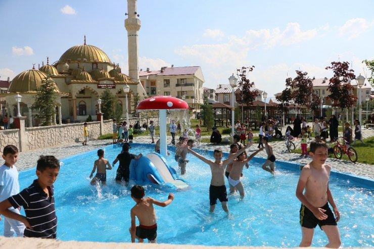 Sıcaktan bunalan çocuklar süs havuzuna akın etti