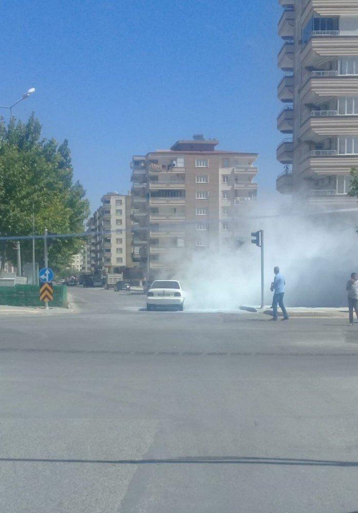 Cadde ortasında alev alan otomobili vatandaşlar söndürdü