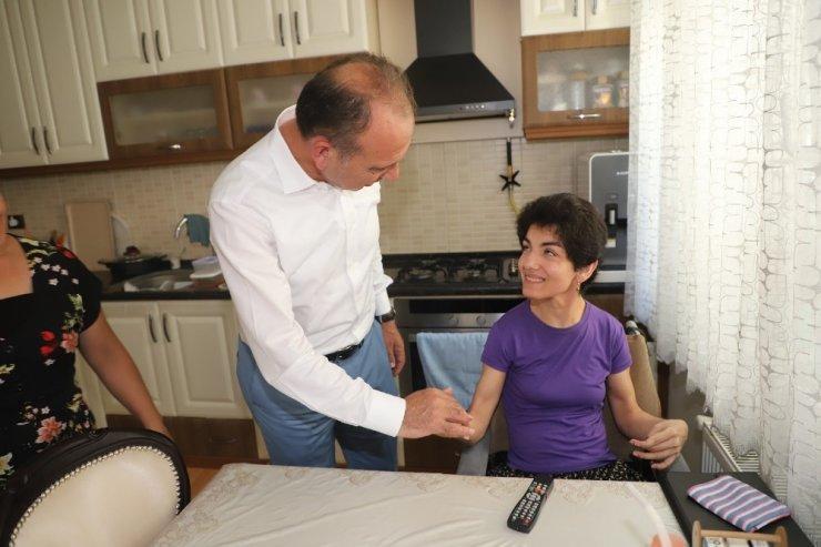 Eski Başkan Kırdar'ın anısına akülü araba desteği