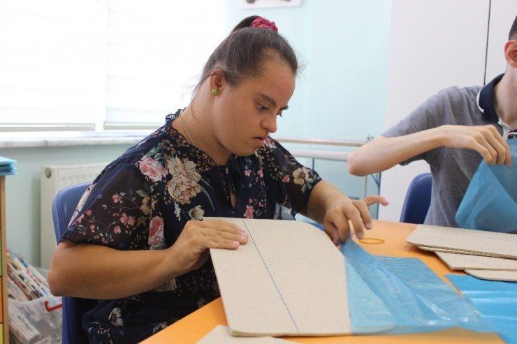 Zeytinburnu'nda engelli çocuklar hem üretiyor hem tedavi oluyor