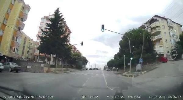 Hatalı U dönüşü yapan otomobile motosiklet çarptı