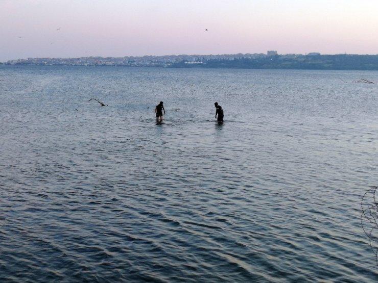 Küçükçekmece Gölü'ne giren bir kişinin kaybolduğu ihbarı polisi harekete geçirdi