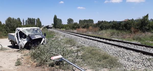 Konya'da yük treni hemzemin geçitte kamyonete çarptı: 1'i ağır 5 yaralı