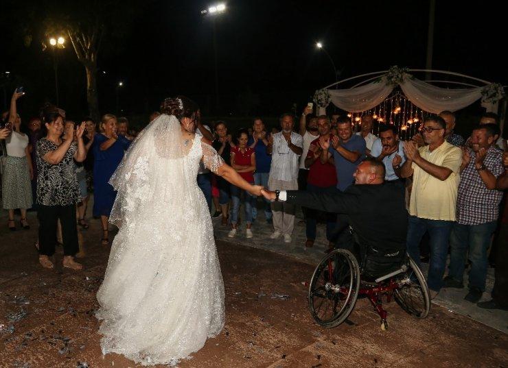 Ses tonuna aşık olduğu engelliyle evlendi