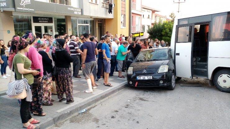 Freni boşalan minibüs park halindeki otomobile çarptı: 1 yaralı