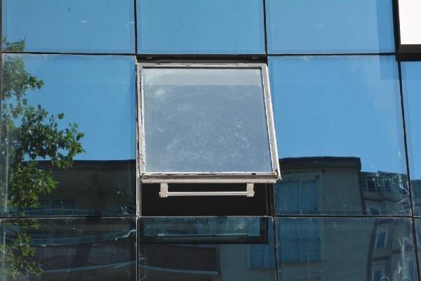 Kaldırımda yürürken iş merkezinden başına cam düştü