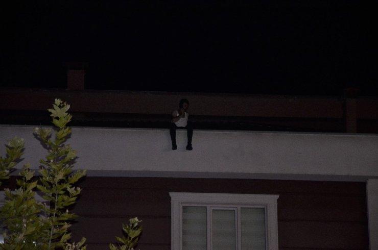 3 katlı binanın çatısına çıkan şahıs ikna edilerek aşağıya indirildi