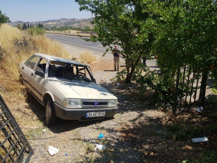 Otomobil yol kenarında bekleyen anne ve çocuklarına çarptı: 6 yaralı