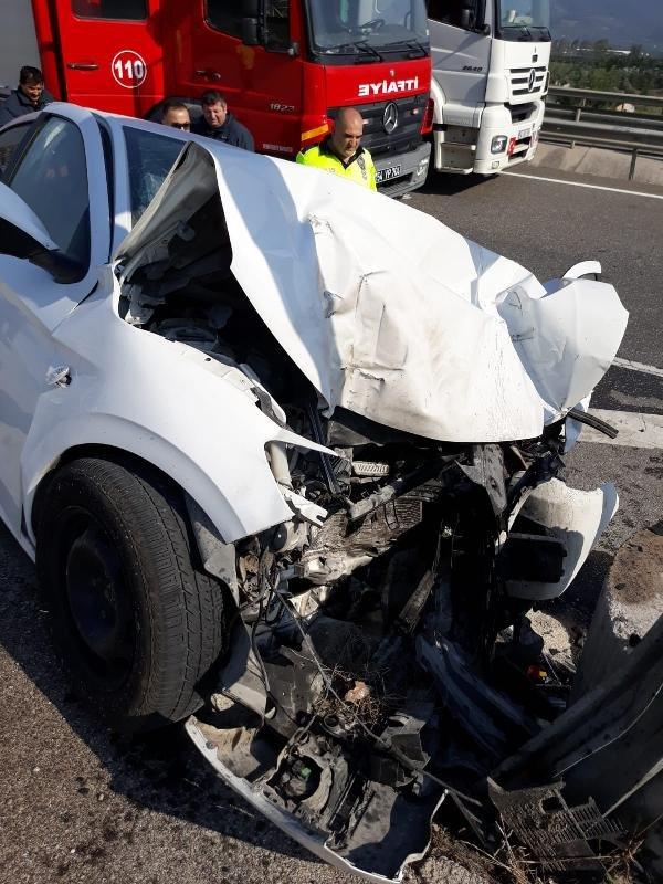 Bariyerlere çarpan otomobilin sürücüsü öldü