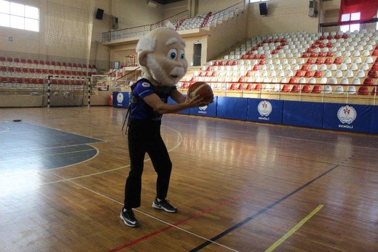 Maskot kıyafetiyle basket atıp 2 dünya rekoru kırdı
