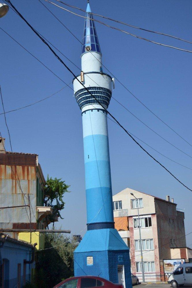 Yol ortasında kalan minare görenleri şaşkına çeviriyor