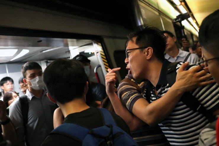 Hong Kong'da protestocular tren istasyonlarını bastı, ulaşım felç oldu