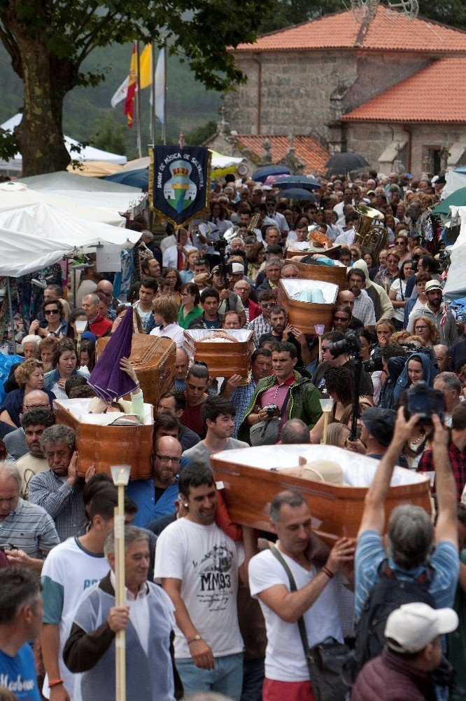 İspanya'da ölümden dönenleri tabutlarda canlı taşıma töreni