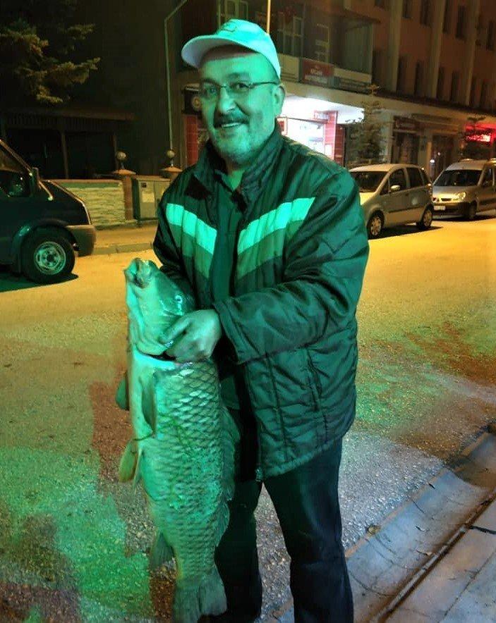 Olta ile yakaladığı 12 kilo 710 gramlık sazanı güçlükle çıkartabildi