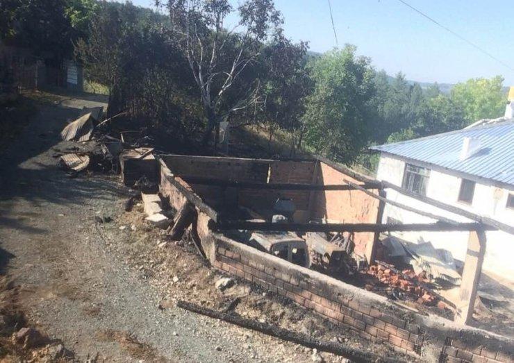 Kastamonu'da çıkan yangın kamyonet ile traktörü küle döndürdü