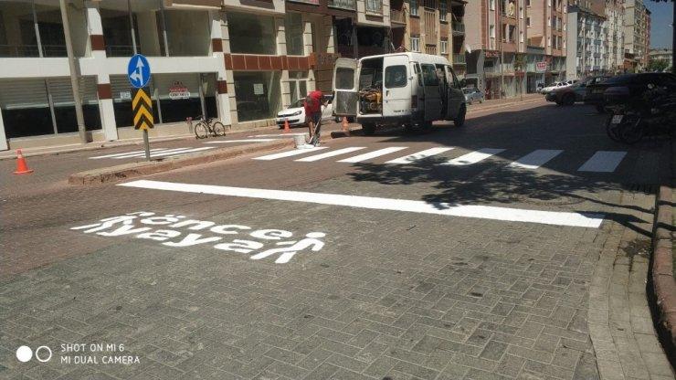 """Seydişehir Belediyesinden okul ve yaya geçitlerine """"Önce Yaya"""" işareti"""