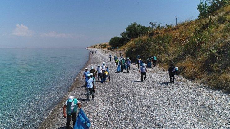 Yükümlüler Van Gölü sahilini temizledi