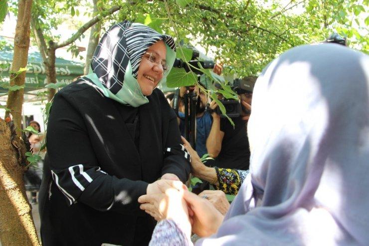 Bakan Selçuk, selde kurtulan gençleri ziyaret etti
