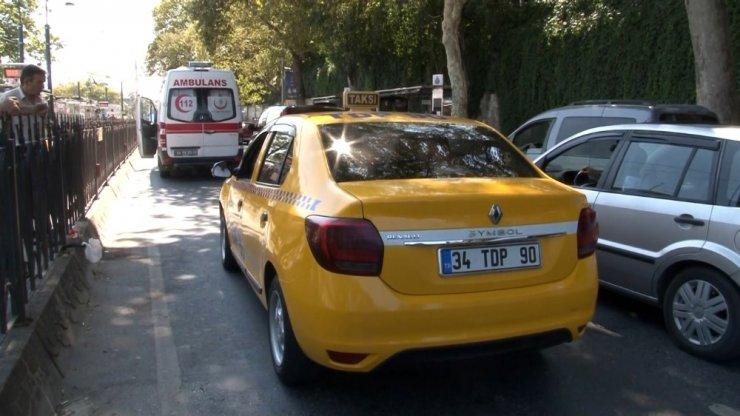 Zabıtadan kaçan seyyar satıcıya taksi çarptı