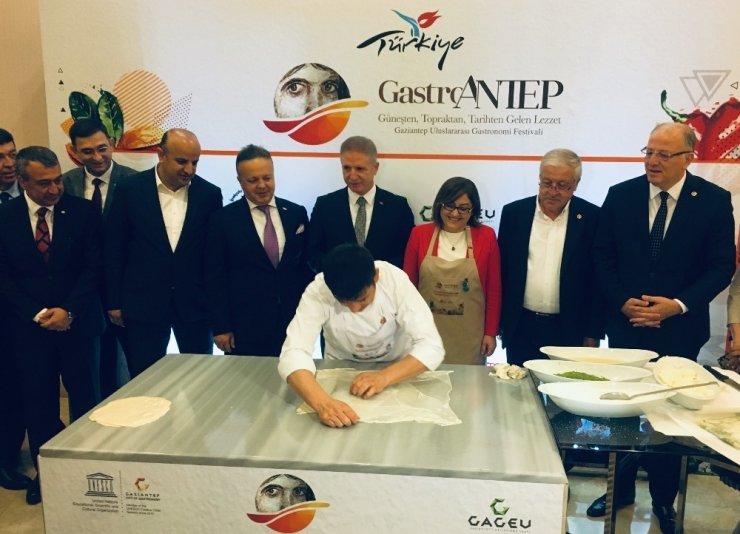 Fatma Şahin Gastronomi Festivali'nin tanıtım toplantısında elleriyle katmer yaptı