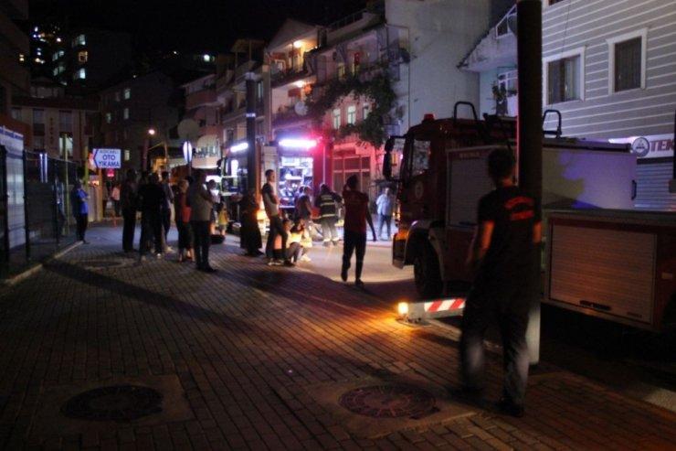 Buzdolabından çıkan yangın bina sakinlerini sokağa döktü