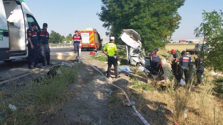 Hafif ticari araç ağaca çarptı: 3 ölü