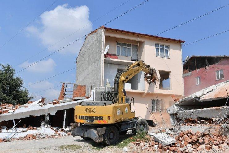 Yüksek gerilim hattı altındaki kaçak binalar yıkıldı