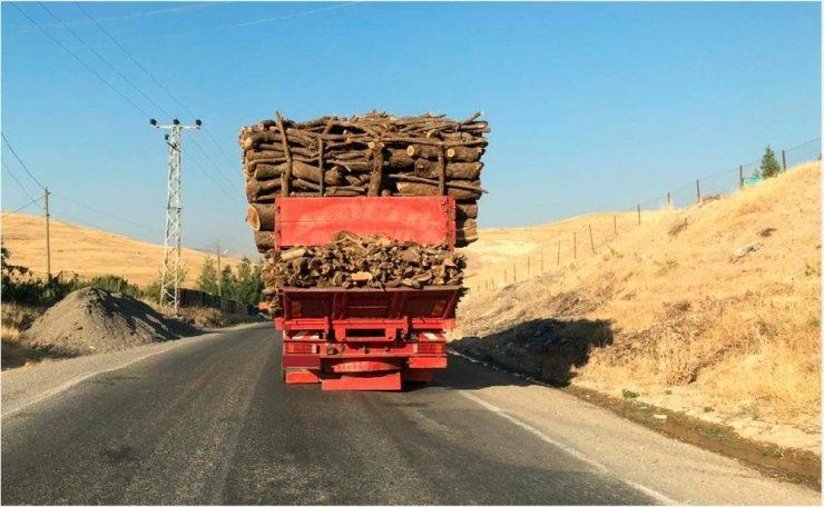 Siirt'te yük dolu kamyonun tehlikeli yolculuğu