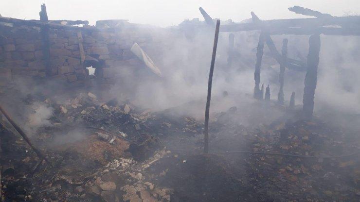 Ev, ahır ve içinde 5 ton buğday bulunan ambar kül oldu