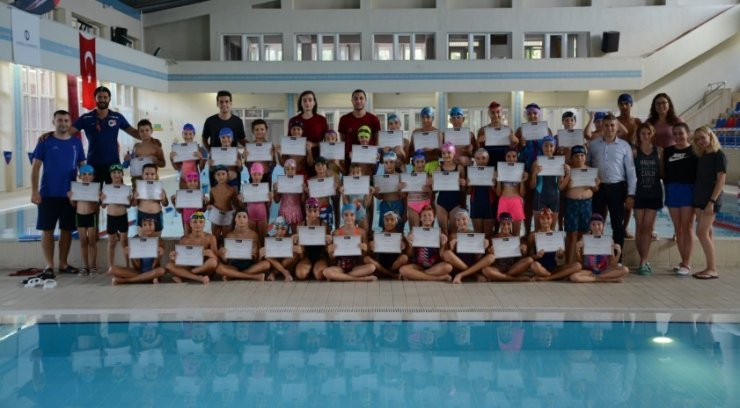 Minik yüzücülerin sertifika heyecanı