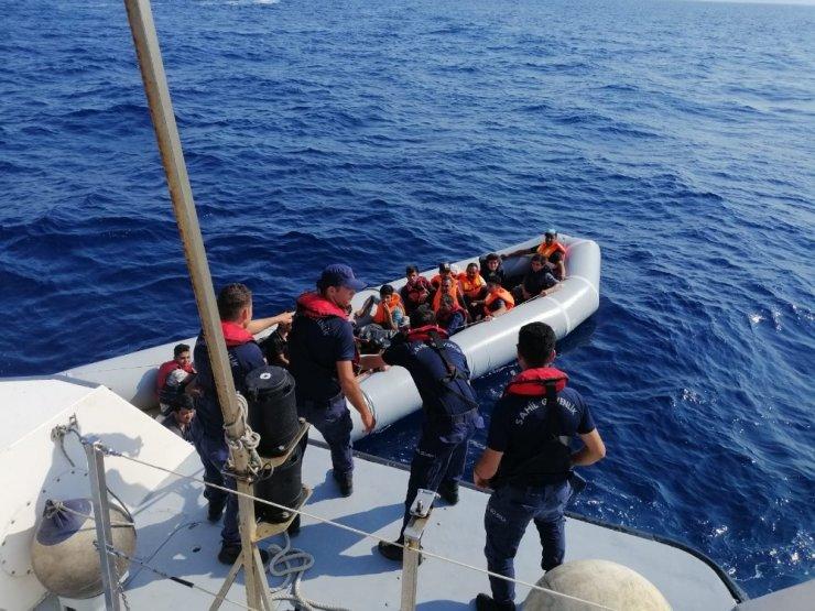 Lastik botla kaçmaya çalışan göçmenler yakalandı
