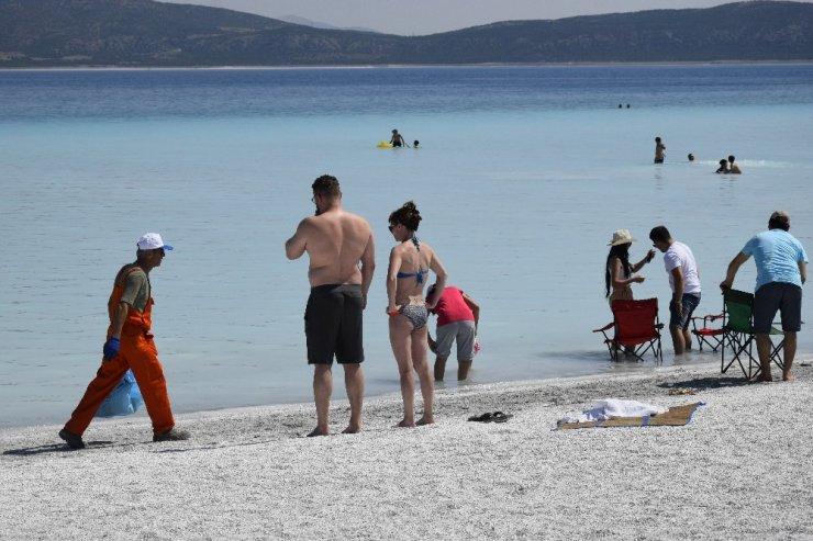 Salda Gölü'nde 3 römork çöp toplandı