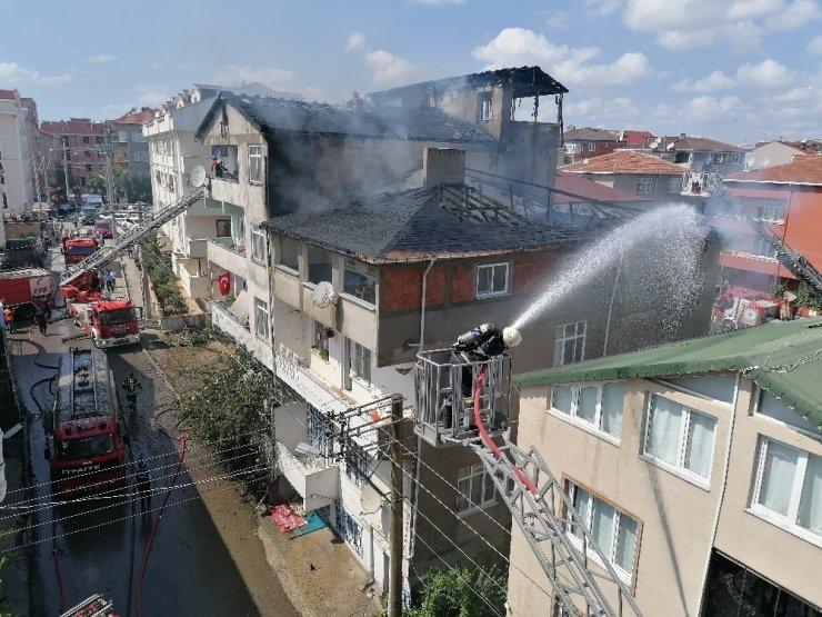 Çatıyı saran alevler yandaki binaya sıçradı, ekipler alarma geçti