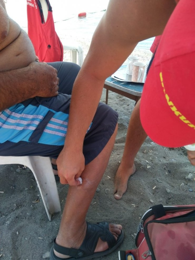 Denizde bacağı yaralanan vatandaşa itfaiye pansumanı