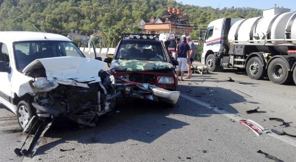 Cip ile hafif ticari araç çarpıştı: 4 yaralı