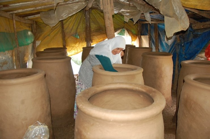 Günkırılı kadınlar, ekmeklerini çamurdan çıkarıyor