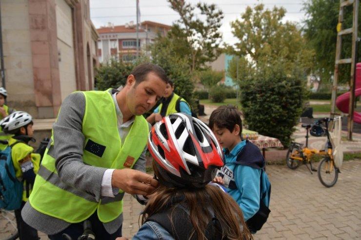 Farkındalık oluşturmak için okula bisikletleriyle gittiler