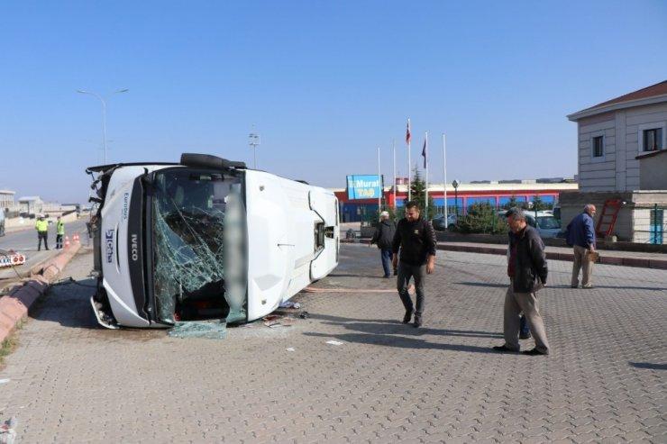 Sürücüsünün kalp krizi geçirdiği işçi servisi yan yattı: 10 yaralı